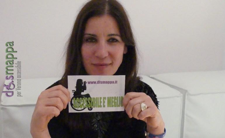 La cantante Paola Turci testimone di accessibilità per dismappa dopo il suo concerto acustico in Cortile Mercato Vecchio a Verona