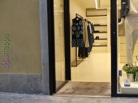 Inaugurato a giugno 2015 il negozio di abbigliamento donna in via Cappello Atos Lombardini, brand bolognese attiva da oltre 30 anni, ha entrata a filo della strada e nessuna barriera per le carrozzine a questo livello, dispone di camerini ampi con tenda. Il primo piano è raggiungibile solo tramite scala, ma le commesse potranno portare al piano accessibile quanto si desidera.