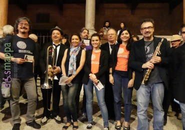 Alcuni musicisti dell'Orchestra Multiculturale Mosaika e il direttore Marco Pasetto, con Mauro Ottolini e Virginia Viola, testimoni di accessibilità per dismappa dopo il concerto in Piazza dei Signori a Verona