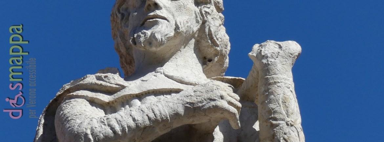 Sul coronamento del Palazzo del Consiglio in Piazza dei Signori sono collocate le statue quattrocentesche, opera di Alberto da Milano, di cinque personaggi latini per i quali in età umanistica Verona rivendicava di essere stata la terra natale: partendo da sinistra l'architetto Marco Vitruvio Pollione (l'unico che non ha un libro in mano), il poeta Valerio Catullo, il naturalista Plinio il Vecchio, il poeta Emilio Macro e lo storico Cornelio Nipote.