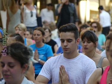 20160621 International Day Yoga Piazza Erbe Verona dismappa 1130