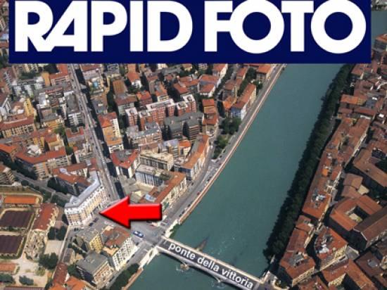 Il negozio Rapid Foto, in Piazzale Cadorna 5 - dopo il Ponte della Vittoria , ha entrata a filo del marciapiede.  Vi si trovano articoli per la fotografia, effettua sviluppo e stampa da ogni tipo di formato di immagine, stampe digitali e fototessere.