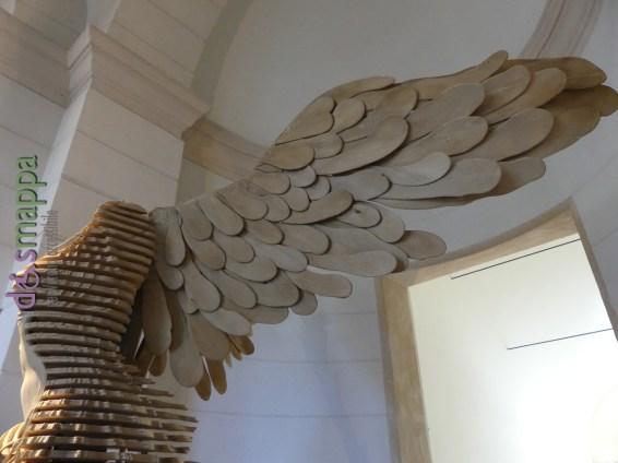"""Palazzo della Gran Guardia di Verona: Vittoria Alata scultura in legno e metallo realizzata da Francesco Rubino, ispirata alla celebre """"Nike di Samotracia"""" conservata al Museo del Louvre di Parigi."""