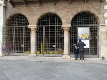"""installazione site specific: """"Note in DO lenti"""" di Raffaella Formenti, Loggia Vecchia, Piazza dei Signori, Verona accessibile"""
