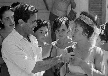 """In occasione dell'anniversario della scomparsa di Pier Paolo Pasolini, avvenuta nel 1976, si terrà la proiezione del documentario Comizi d'amore. Nato dall'inchiesta del 1963 condotta dall'autore sugli italiani e la sessualità, il documentario è una rappresentazione corale dell'Italia, con contributi di intellettuali e risposte che personalmente Pasolini raccolse in strada, nei cortili, nelle spiagge, interrogando persone di diversa età e condizione sociale. Lo stesso autore dichiarò: """"La gente risponde. Un turbinio, un caos, una babilonia di opinioni diverse. Le più ridicole, inconcepibili e contraddittorie."""