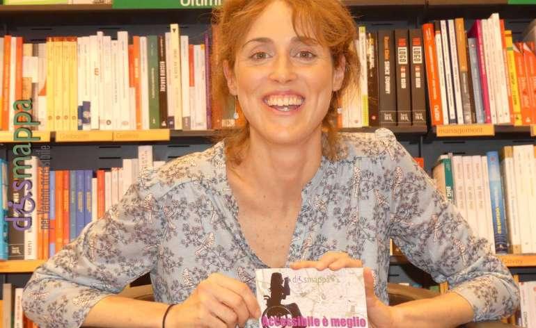 La scrittrice Novita Amadei testimone di accessibilità per dismappa dopo la presentazione del suo ultimo libro Finché notte non sia più.
