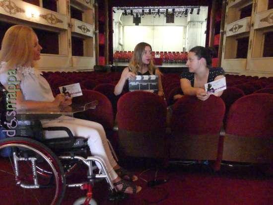 Valentina bazzano, Alessia Bottone ed Elettra Bertucco al Teatro Nuovo di Verona partecipano alla campagna Accessibile è meglio promossa dall'associazione dismappa