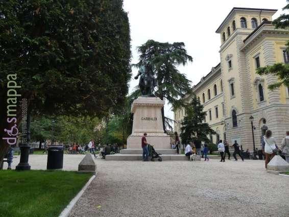 Veduta dei giardini di Piazza Indipendenza a Verona con statua di Giuseppe Garibaldi