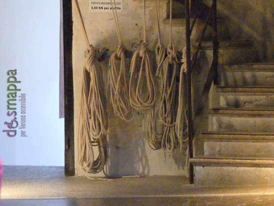 le corde per azionare le scenografie sul palco (accessibile) del Teatro Nuovo di Verona.