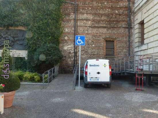 Il nuovo cartello che indica la rampa per le carrozzine e l'entrata accessibile del Palazzo della Gran Guardia a Verona