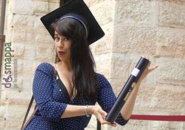 Ragazza posa col tocco e il diploma dopo la proclamazione dei dottorati di ricerca all'università di verona