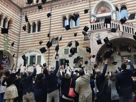 lancio del tocco (il cappello da laureato) sotto la Scala della Ragione, in Cortile Mercato Vecchio a Verona