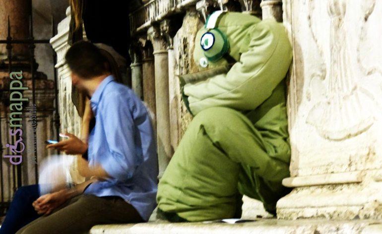 Pupazzo verde con cuffie seduto in Piazza dei Signori a Verona - Installazione per la notte europea della ricerca veneto night