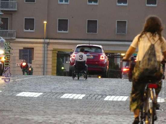 Ragazzo disabile in carrozzina in strada tra le macchine sul Ponte della Vittoria a Verona