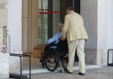 Donna disabile in carrozzina entra senza impenni al Palazzo della Gran Guardia