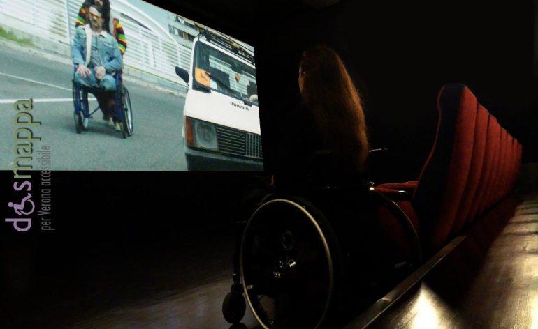 scena del film brutti e cattivi di cosimo gomez al cinema rivoli con carrozzina