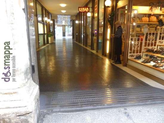 20171020 Galleria Piazza Bra scivolo disabili Verona dismappa 060