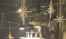Al lavoro di notte per illuminare le feste