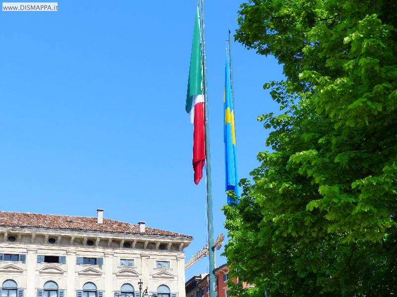 Bandiera italiana e veronese in Piazza Bra