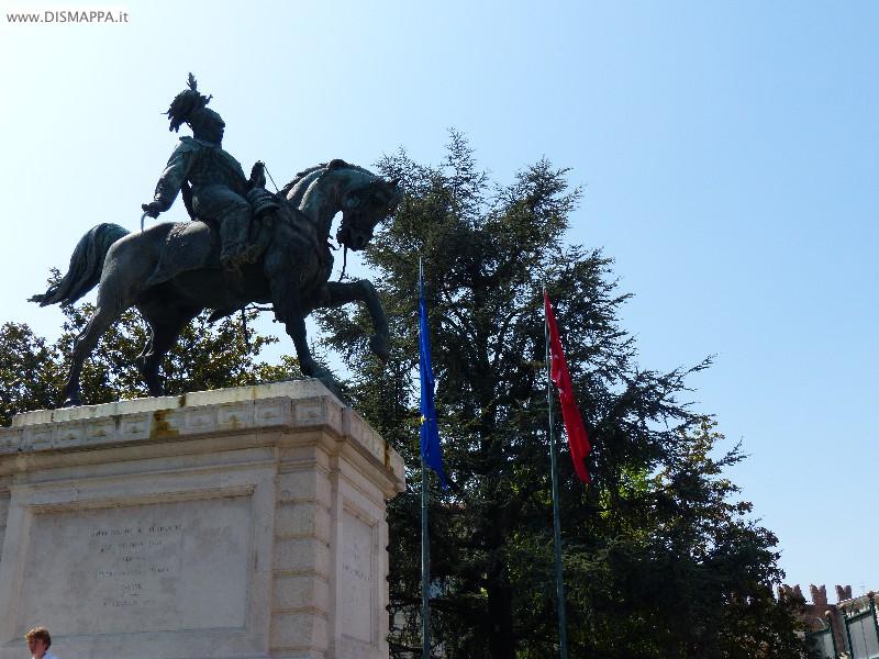 Bandiera e statua di Vittorio Emanuele