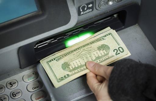お金の出し入れ方法の違い