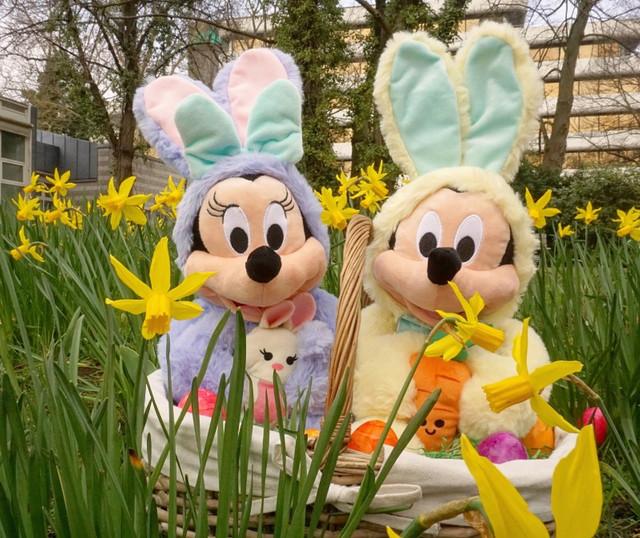 Micky und Minnie Maus als Osterhasen