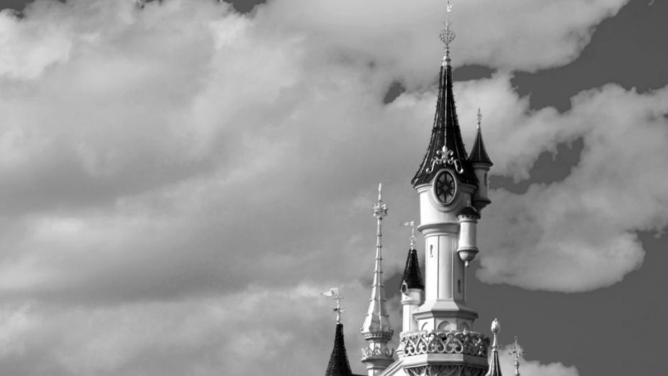 Das Dornröschenschloss in Disneyland Paris in Schwarz-weiß