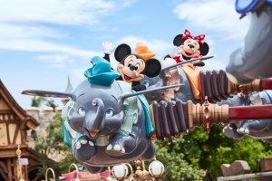Micky und Minnie fliegen mit Dumbo und Gästen durch die Luft