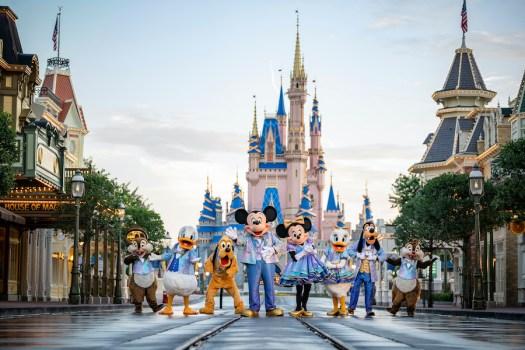 Micky, Minnie, Donald, Daisy, Goofy, Pluto sowie Chip und Chap in ihren neuen Outfits vor dem Cinderella Castle in Walt Disney World