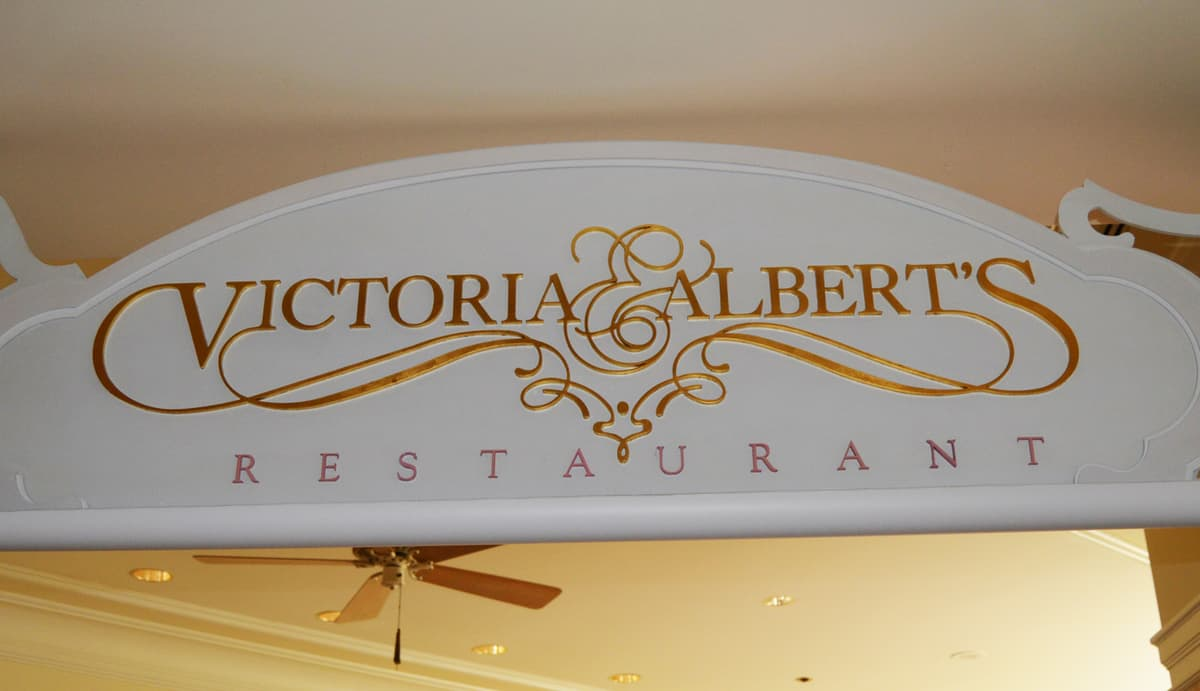 https://i0.wp.com/www.disneydining.com/wp-content/uploads/2015/07/Grand-Floridian-Victoria-and-Alberts-Sign-fb-crop.jpg