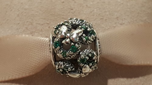 minnie's holiday wreath pandora charm