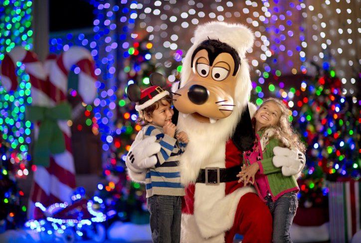 Goofy Lights Up the Holidays