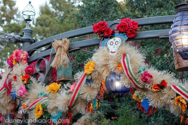 Garland de Día de Muertos en Rancho del Zócalo en Disneylandia