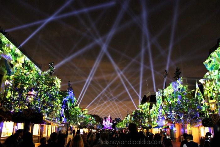 Rayos lasers en el cielo en el show Disneyland Forever - old.disneylandiaaldia.com