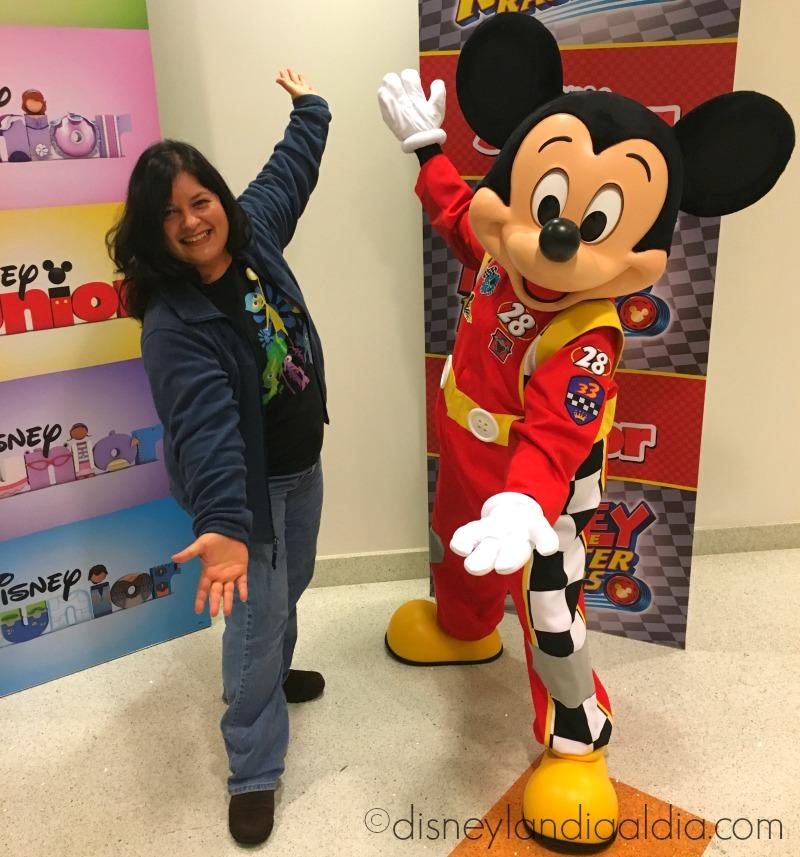 Silvia con Mickey Mouse - disneylandiaaldia.com