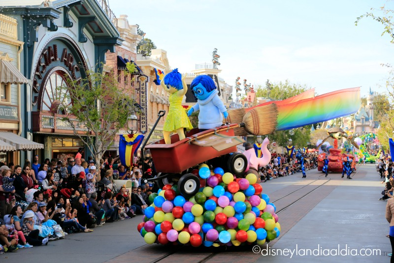 Carro alegórico de Inside Out en Pixar Play Parade