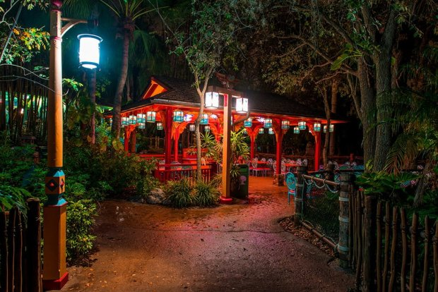 flame-tree-bbq-seating-night