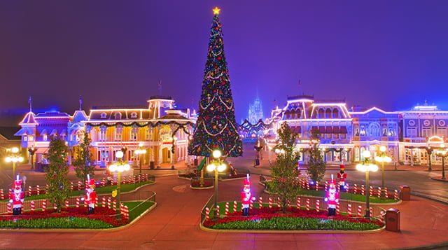 disney-magic-kingdom-main-street-empty-christmas-fog-bricker
