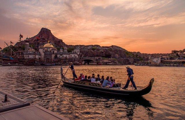 gondola-harbor-sunset