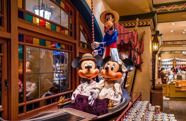mickey-goofy-minnie-gondola-disneysea