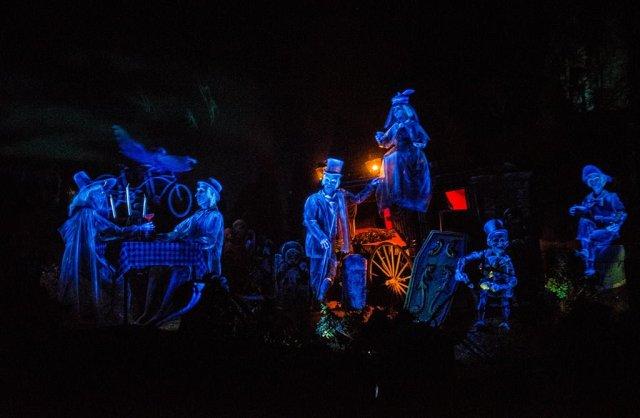 haunted-mansion-tokyo-disneyland-graveyard-scene