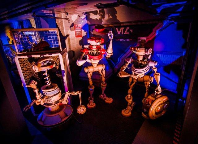 hitchhiking-droids-tokyo-disneyland-star-tours