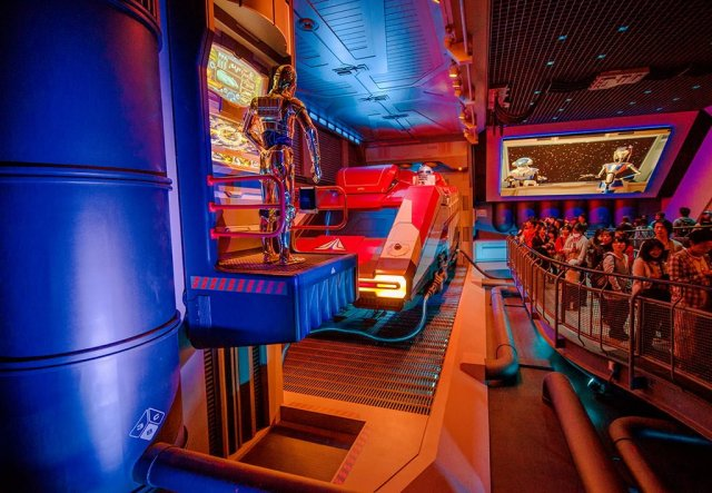 star-tours-queue-c3p0-r2d2