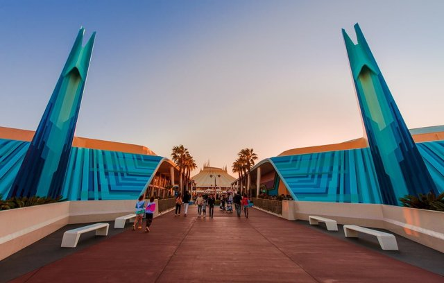wide-angle-tomorrowland-entrance-tokyo-disneyland