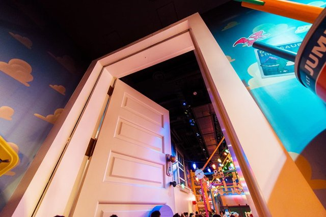 toy-story-mania-doorway-queue