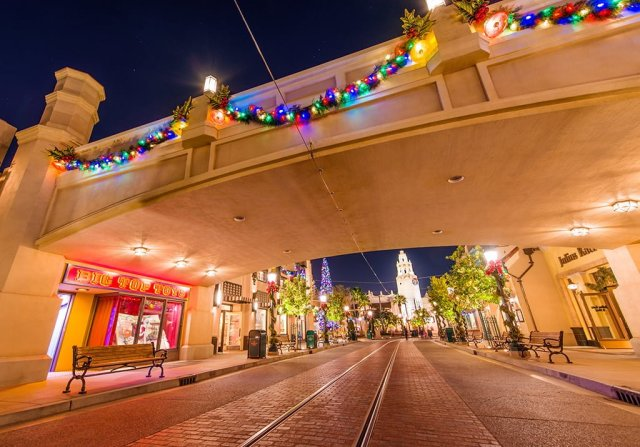 buena-vista-street-bridge-christmas-2