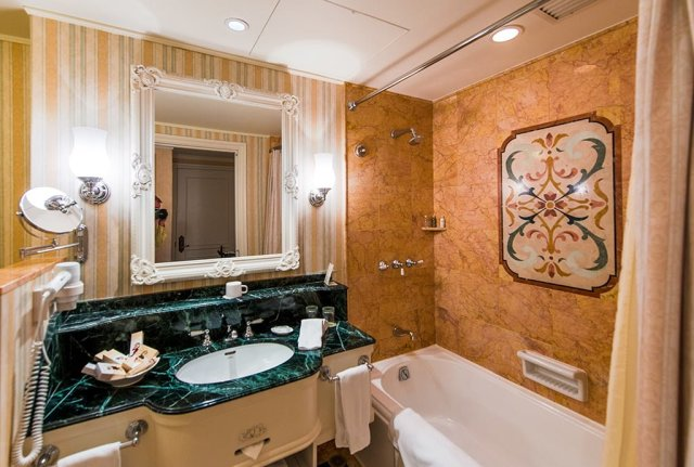 hong-kong-disneyland-hotel-bathroom