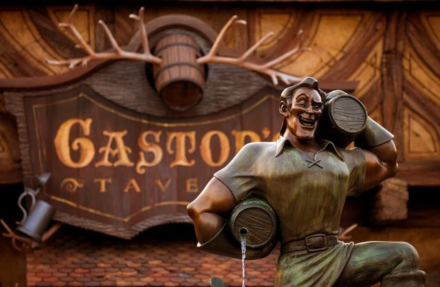 gastons-tavern-statue-sign