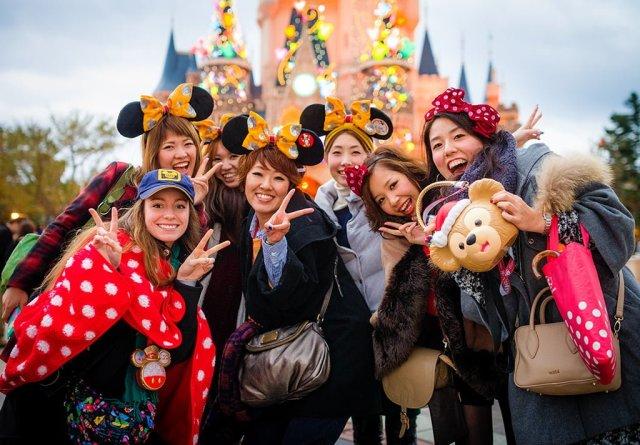 sarah-bricker-japanese-guests-tokyo-disneyland