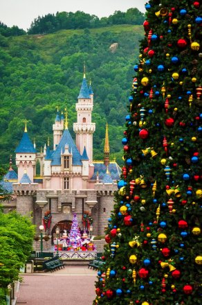 hong-kong-disneyland-christmas-tree-castle-mountains